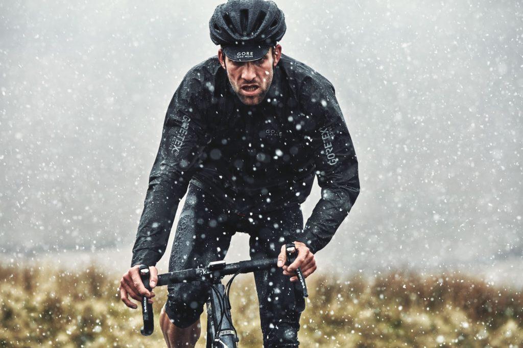 E-Road bici da corsa elettrica sotto la pioggia