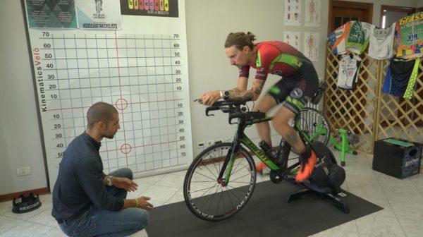 test biomeccanico su rulli con atleta ciclismo