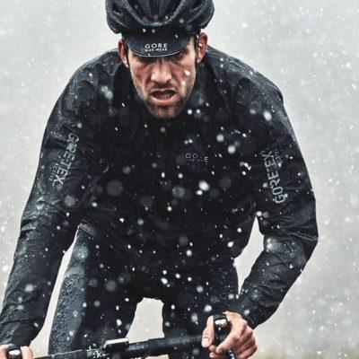 bici da corsa e giacca gore-tex